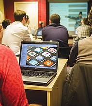 OPORTUNIDAD. ACC y Facebook trabajarán juntos para impulsar la brecha de habilidades digitales en los negocios pequeños y medianos.
