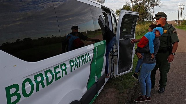MIGRACIÓN. Agentes de la Patrulla Fronteriza de los Estados Unidos aprehenden a familias sospechosas de cruzar el Río Grande para entrar ilegalmente a los Estados Unidos cerca de McAllen, Texas. Crédito: LARRY W. SMITH / EFE