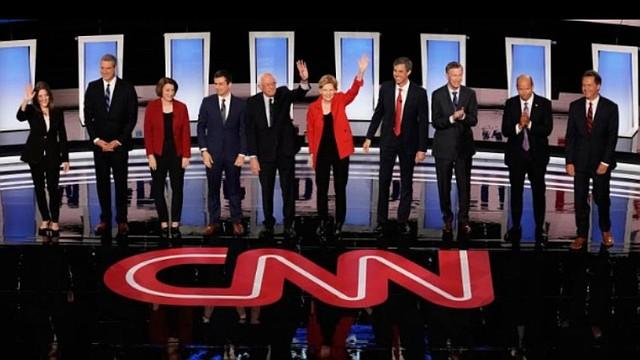 DEBATE. Imagen donde aparecen los 10 principales  candidatos demócratas que participaron este jueves en un debate televisivo