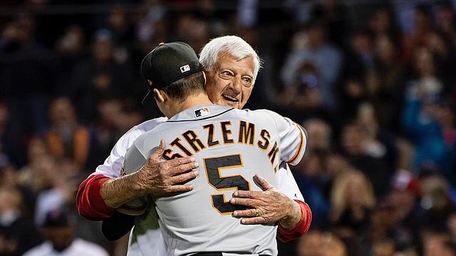 Los Yastrzemski se funden en un emocionado abrazo después de que Yaz hiciera el lanzamiento ceremonial antes del juego contra los Gigantes / Foto cortesía Red Sox