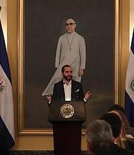 EL SALVADOR. El presidente salvadoreño Nayib Bukele ofrece una rueda de prensa este martes ante representantes del BID y su gabinete de gobierno, en San Salvador