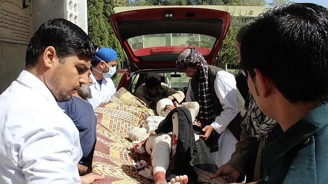ATAQUE. Un hombre que resultó herido en un ataque con camión bomba en Qalat, provincia de Zabul, es trasladado a un hospital en la vecina Kandahar, Afganistán, el 19 de septiembre de 2019