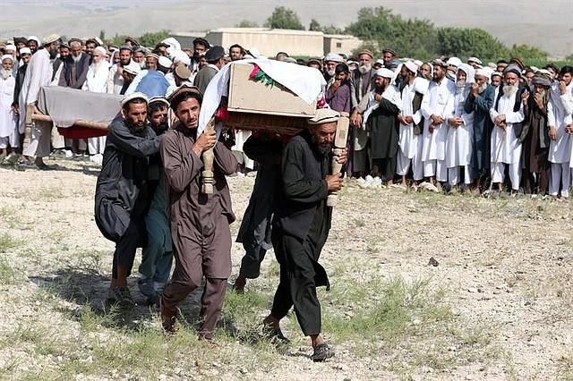 CONFLICTO. Asisten al funeral de las víctimas del ataque con aviones teledirigidos estadounidenses en el distrito de Khogyani de la provincia de Nangarhar, Afganistán, el 19 de septiembre de 2019