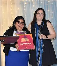 WASHINGTON. Jackie Reyes, directora de MOLA, con la vicecónsul Andrea Furlán (der.).