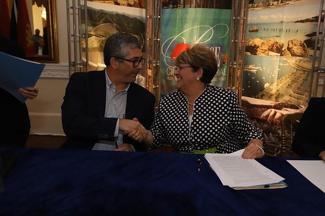 """ACUERDOS. Eduardo Tapia y la alcaldesa de Ponce, María """"Mayita"""" Meléndez Altieri / Foto: Cortesía Municipio Autónomo de Ponce"""