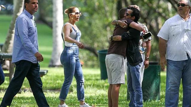 ENCUENTRO. Mientras Alex Rodriguez caminaba de la mano con JLo, Marc lo hacia con su novia Raffaella. Todos vestían muy casuales y apropiado para la actividad.