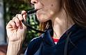 """Esta sudadera tiene el """"vapeador"""" en el cordón. Los """"vapeadores"""" pueden aspirar nicotina (o marihuana). KHN compró este producto y se usó una persona como modelo para la foto. (Anna Maria Barry-Jester/KHN)"""