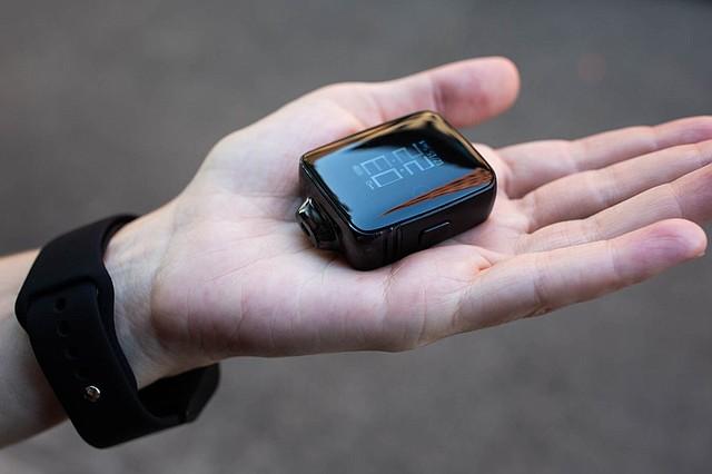 """Cuando se saca de la muñeca, este reloj """"estilo Apple"""", se convierte en un dispositivo para """"vapear"""". KHN compró este producto se usó una persona como modelo para la foto. (Anna Maria Barry-Jester/KHN)"""