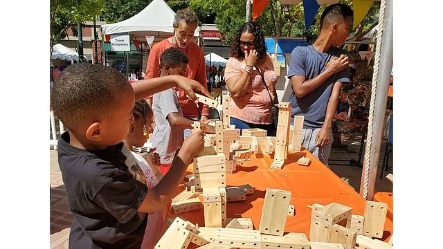 CONSTRUIR. Los niños que llegaron hasta la feria aprendieron a construir con pequeños bloques de madera.