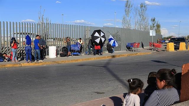 MIGRACIÓN. Migrantes mexicanos que fueron desplazados forzosamente por el crimen organizado, de los estados de Michoacan y Zacatecas, esperaban el viernes 20 de septiembre de 2019 en el puente Internacional Cordova de las Américas para solicitar asilo polÍtico en Estados Unidos.