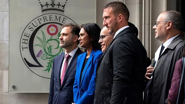 MUNDO. La activista contra Brexit Gina Miller (2-L) abandona el Tribunal Supremo tras el fallo sobre la prórroga del mandato del Parlamento, Londres Central, Gran Bretaña, 24 de septiembre de 2019