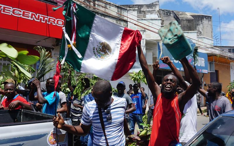 MÉXICO. Migrantes africanos continúan con sus protestas este lunes tras cumplir un mes y diez días manifestándose sin que las autoridades mexicanas les expidan algún documento que les permita transitar por territorio nacional, en Tapachula