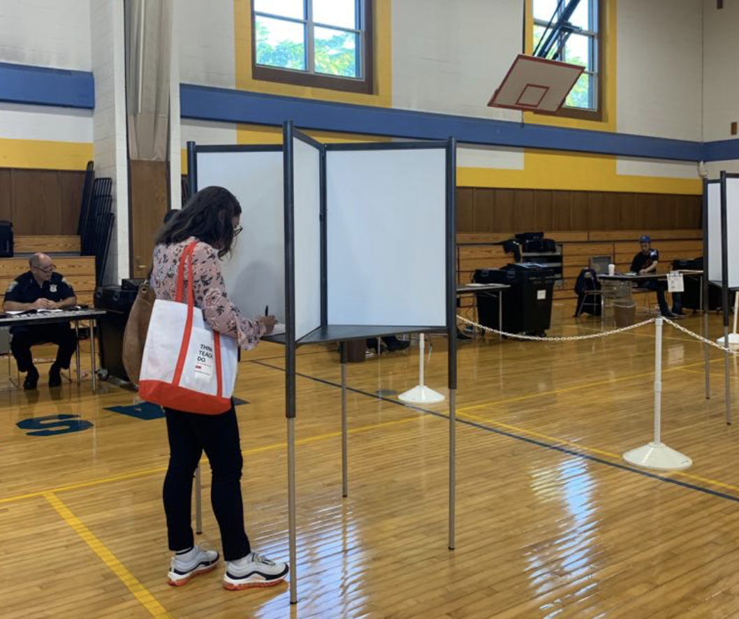 Residente de East Boston ejerciendo su derecho al voto en East Boston High School