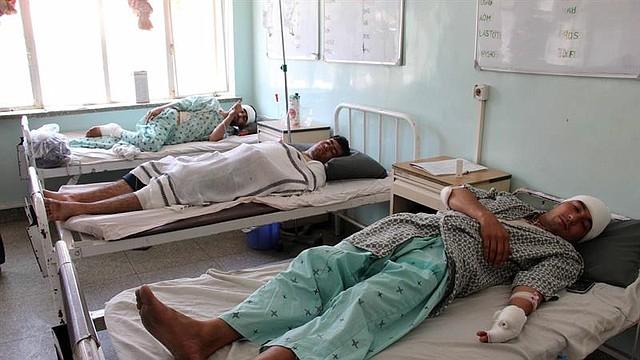 ATAQUE. Ahmad Khan Serat, portavoz del jefe de la policía de la provincia, dijo que decenas de personas marcharon desde el distrito de Khoja Omari para llevar los cinco cuerpos ante las autoridades locales en la capital de la región.
