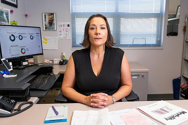 """En 2012, funcionarios del condado de Washington, en Oregon, le pidieron a la epidemióloga Kimberly Repp que estudiara el suicidio. Repp acompañó a uno de los investigadores del equipo forense en sus sombrías rondas durante más de un año. """"Nada puede prepararte para lo que vas a ver"""", contó. (Adam Wickham para KHN)"""