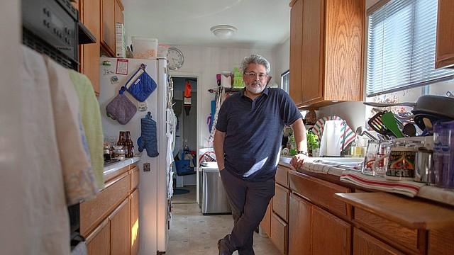 Ric Peralta puede chequear sus niveles de azúcar en sangre en todo momento usando una aplicación Dexcom y un parche en su brazo que mide los niveles y envía la información de manera inhalámbrica. (Allison Zaucha para NPR)