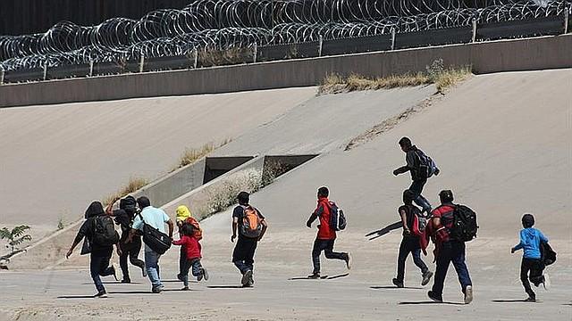 FRONTERA. Foto de migrantes centroamericanos mientras caminan sobre el río Bravo, en Ciudad Juárez, en el estado de Chihuahua (México), para cruzar la línea fronteriza hacia Estados Unidos y entregarse a la policía migratoria norteamericana. | Foto Efe/archivo