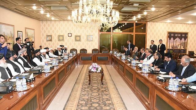 Una foto facilitada por el Ministerio de Relaciones Exteriores de Pakistán muestra a su ministro, Shah Mehmood Qureshi (4-d) y al cofundador y líder político del movimiento talibán Mullah Abdul Ghani Baradar (3-i) durante su reunión en Islamabad, el 3 de octubre 2019.   Foto: Efe