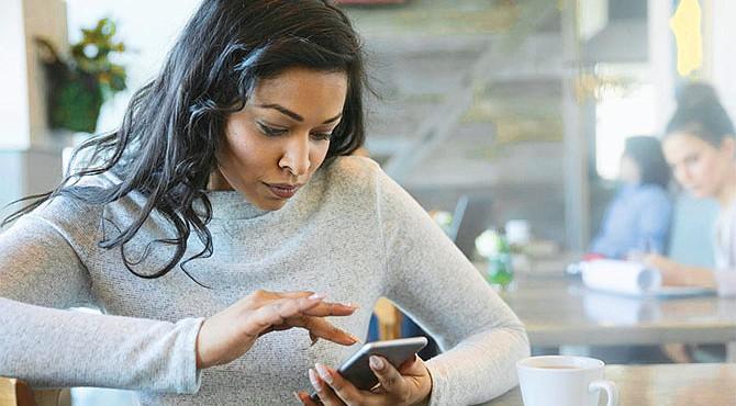 NOCIVO. Casi la mitad de las personas que usan teléfonos móviles sufren de adicción a estos aparatos. El uso continuo de éste puede ser perjudicial para la salud.