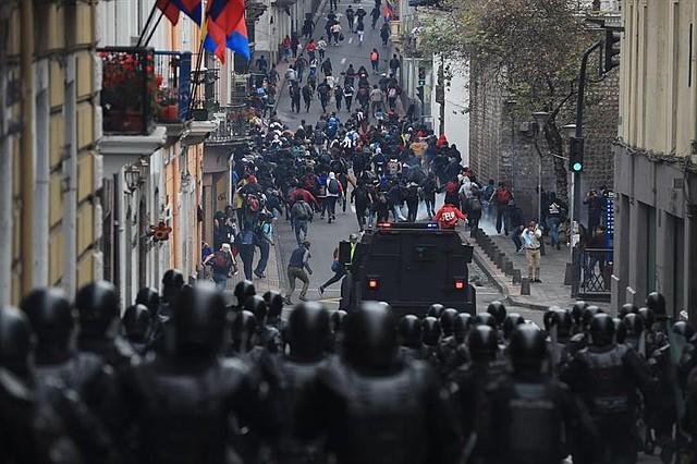Manifestantes se enfrentan con la Policía durante una jornada de protesta el jueves, 3 de octubre, en Quito. | Foto: Efe/José Jácome