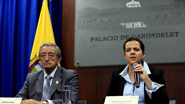 QUITO. La ministra ecuatoriana de Gobierno, María Paula Romo, y el ministro de Defensa, Oswaldo Jarrin (i), ofrecieron un balance sobre las manifestaciones iniciadas el jueves. | Foto: Efe/José Jácome