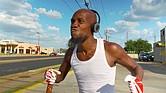 ÚNICO. No hay otro personaje como 'The Running Man' en la ciudad. Su vitalidad es contagiante.