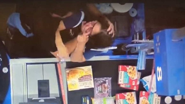 SEGURIDAD. El departamento de Policia de Stuart publicó un video de la cámara de seguridad del establecimiento en el que se ve al agresor tomar de forma violenta a la cajera. | Foto captura de pantalla.
