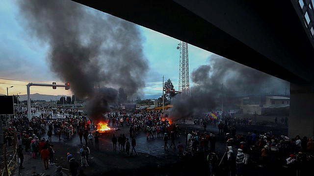 PROTESTAS. Militares intentan controlar una manifestación de los indígenas, el domingo 6 de octubre, en una carretera de Ecuador. | Foto: Efe/José Jácome