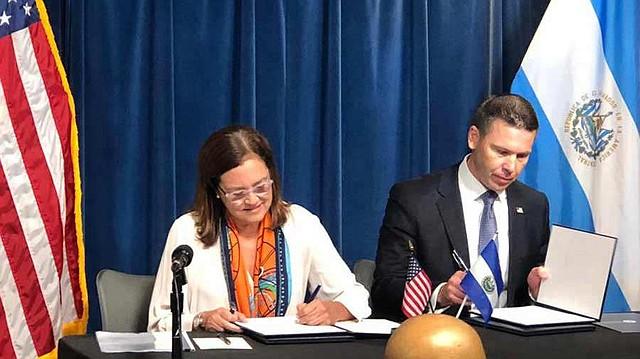 En septiembre, el Gobierno de Nayib Bukele aceptó firmar el convenio de cooperación con EE.UU. Por parte de El Salvador firmó la canciller Alexandra Hill Tinoco y por parte de la Administración Trump Kevin McAleenan, secretario en funciones del Departamento de Seguridad Interna. | Foto cortesía.