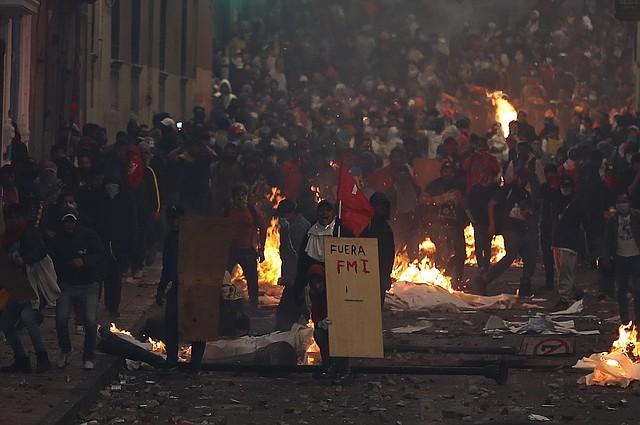 CAOS. Las protestas comenzaron por la eliminación del subsidio a los combustibles, lo que implicó un inevitable aumento de precios. | Foto: José Jacome.