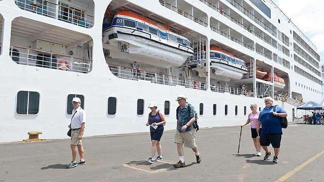 TURISMO. Los visitantes tienen un lapso de ocho horas para conocer diferente sitios turísticos. | Foto EDH/Jessica Orellana.