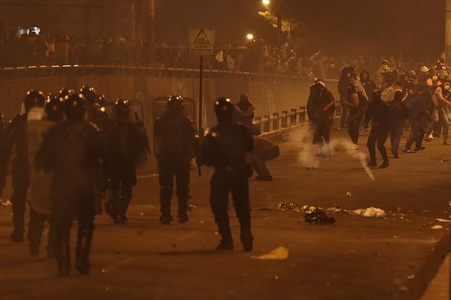 PROTESTAS. Manifestantes se enfrentan con la policía el lunes 7 de octubre en el centro histórico de Quito. | Foto: Efe/José Jacome