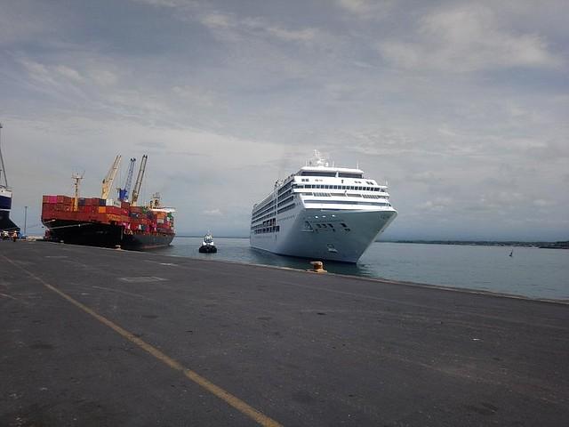 El Seven Seas Mariner, de la línea naviera Regent Seven Seas Cruises de Norwegian Cruise Line, atracó en el Puerto de Acajutla, Sonsonate. | Foto: Vanessa Linares/elsalvador.com
