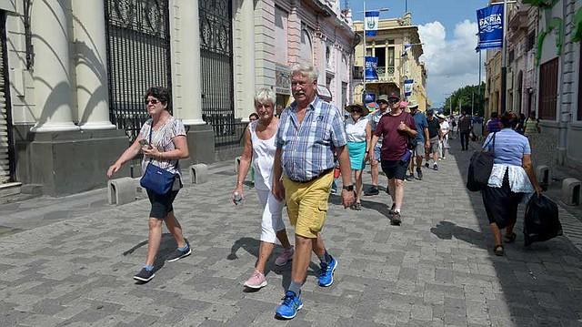 Un grupo recorrió las principales calles del centro histórico de San Salvador. Foto EDH/Jessica Orellana