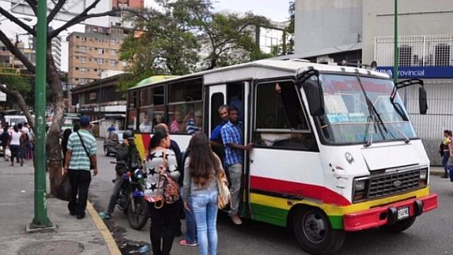 CARACAS. Imagen de referencia de la capital venezolana, en la que se muestra a un grupo de personas abordar una unidad de transporte. | Foto: lapatilla.com