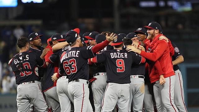 Los Nats celebran en el centro del diamante tras lograr el último ante los Dodgers en el juego decisivo de la Serie Divisional / EFE