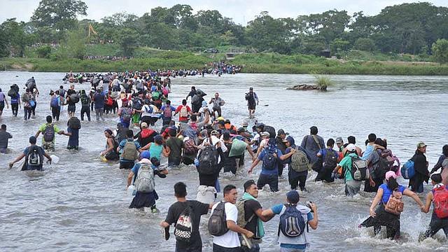 DIÁSPORA. Migrantes de El Salvador cruzan de forma desesperada el río Suchiate, el cual divide a Guatemala y México. | Foto EDH/Lissette Lemus