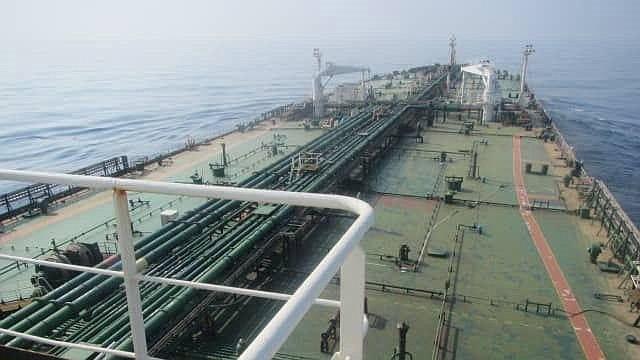 ATAQUE. Imagen distribuida por el sitio web oficial de la televisión estatal iraní (IRIB) en la que se muestra al petrolero iraní Sabiti en el Mar Rojo cerca del puerto de Jaddah en Arabia Saudita, el 11 de octubre de 2019. | Foto: Efe.