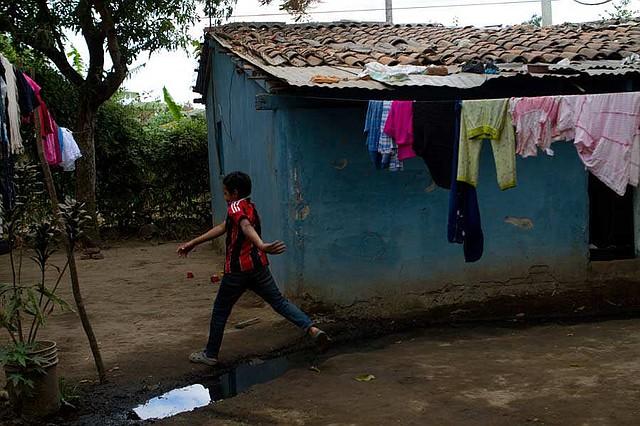 La vivienda de la familia Hernández es de bahareque, tejas y algunas láminas. Foto EDH/ Lissette Lemus