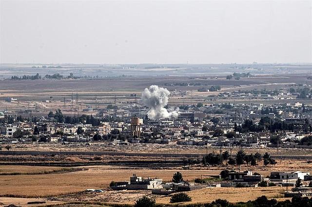 MUNDO. Una fotografía tomada desde territorio turco muestra humo saliendo de objetivos dentro de Siria durante el bombardeo de las fuerzas turcas en la ciudad de Ras al-Ein, visto desde Ceylanpinar, en Sanliurfa (Turquía), el 14 de octubre de 2019