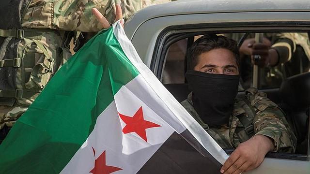 MUNDO. Combatientes sirios apoyados por Turquía se dirigen al norte de Siria para una operación militar en las zonas kurdas, cerca de la frontera con Siria, en el distrito de Akcakale, en Sanliurfa (Turquía)