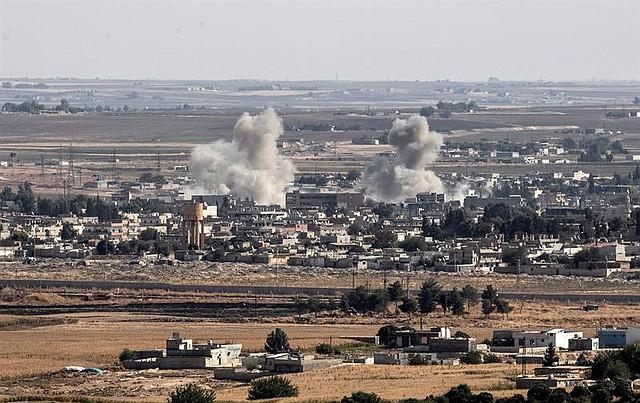 El lunes 14 de octubre, dos grandes columnas de humo se levantaban sobre la ciudad siria Ras al Ain tras la explosión ocasionada por el bombardeo de las fuerzas turcas. | Foto: Efe/Sedat Suna