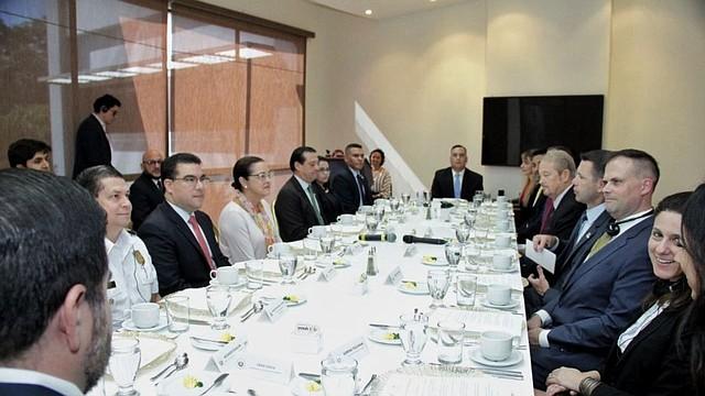 ENCUENTRO. La canciller salvadoreña Alexandra Hill y el ministro de Seguridad, Rogelio Rivas, participan en sesión de trabajo con Kevin McAleenan. | Foto: Twitter Cancillería El Salvador