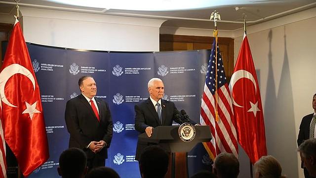 MUNDO. El vicepresidente de EE.UU. Mike Pence (derecha) y el secretario de Estado de EE.UU. Mike Pompeo (izquierda) asisten a una conferencia de prensa tras reunirse con el presidente turco Recep Tayyip Erdogan, en Ankara, Turquía, el 17 de octubre de 2019