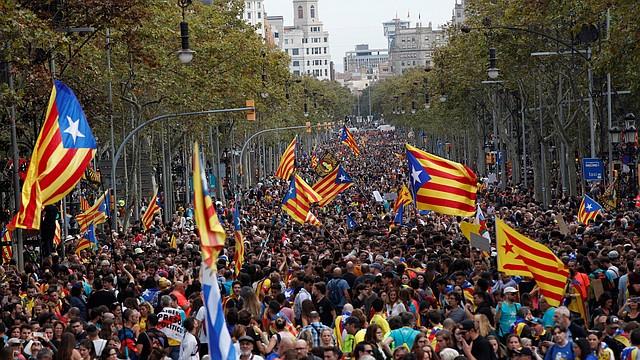 PROTESTA. Miles de personas participaROn en la manifestación en contra de la sentencia del 'procés', el viernes 18 de octubre.   Foto: Efe/Alejandro García.