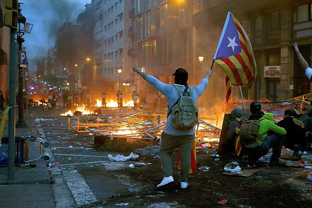 CONFLICTO. Al atardecer del viernes, 18 de octubre, aún se registraban enfrentamientos en Barcelona.   Foto: Efe/Quique García.