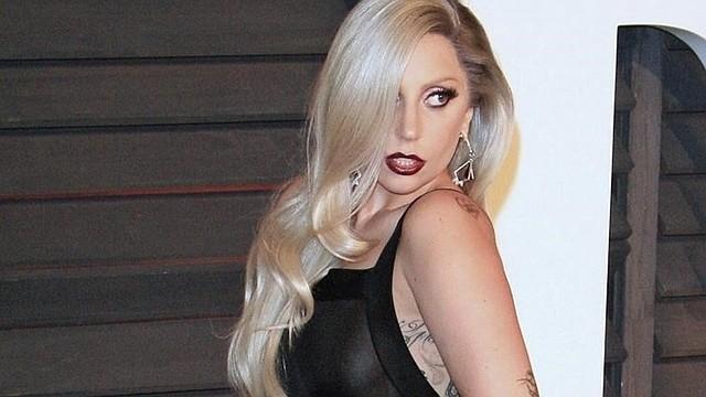 """SHOW. La violenta caída no fue motivo para que Gaga suspendiera el concierto. Momentos después, ella volvió al escenario con el fan y le dijo: """"Prometes que no vas a estar triste por eso, ¿verdad?""""."""