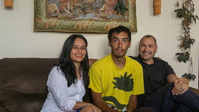 Matt Vinnola (centro) junto a su madre, Janet van der Laak, y a su padrastro, Onne van del Laak, en el apartamento de la familia en Denver, el 25 de julio de 2019. Vinnola regresó a su hogar por una semana, luego de pasar una semana en las calles de la ciudad. (LJ Dawson para KHN)