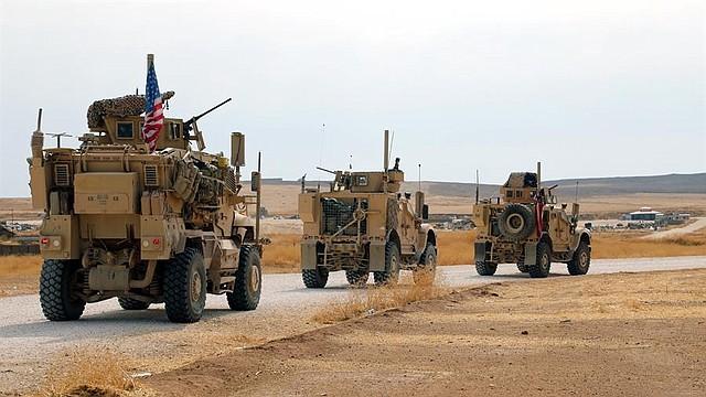 CONFLICTO. Un convoy de tropas estadounidenses se dirigen hacia la frontera con Iraq en el noroeste de Siria. | Foto: Efe.