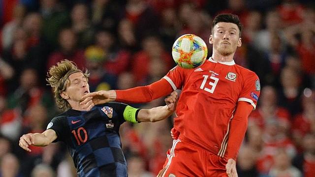 FÚTBOL. Wales Kieffer Moore (R) en acción contra el croata Luka Modric (L) durante el partido de fútbol del grupo E de clasificación para la UEFA EURO 2020 entre Gales y Croacia disputado en el estadio Cardiff City de Gales, Gran Bretaña, el 13 de octubre de 2019